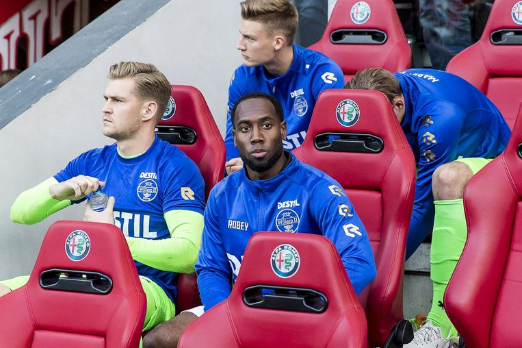 Vernon Anita van Willem II op de bank tijdens de wedstrijd tegen PSV.  Beeld ANP