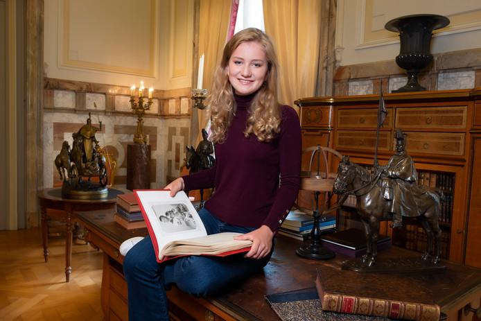 Quelques jours avant les 18 ans de la princesse Elisabeth, le Palais a partagé de nouvelles photos de l'héritière du trône. On peut la voir ici prendre la pose avec un album de photos de famille entre les mains.