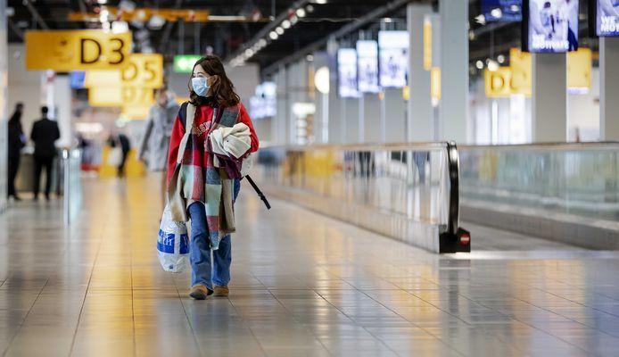 Een reiziger op Schiphol.