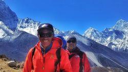 """De sherpa die voor de 23ste keer boven op de Mount Everest stond, en zo record brak: """"Het is van moeten, ik kan niks anders"""""""