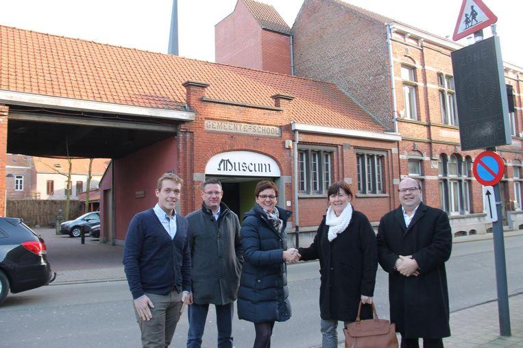 Schepenen Lothar Feys, Kurt Himpe en Caroline Maertens met Maureen Raedt en Johan Denolf van de Izegemse Bouwmaatschappij bij het voormalige museum.
