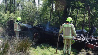Aanhangwagen in natuurgebied brandt volledig uit