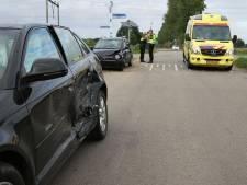 Twee auto's botsen in Tricht
