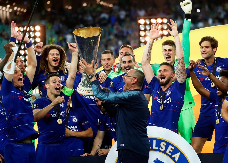 De spelers van Chelsea, met op de voorgrond coach Maurizio Sarri, vieren de winst van de Europa League.
