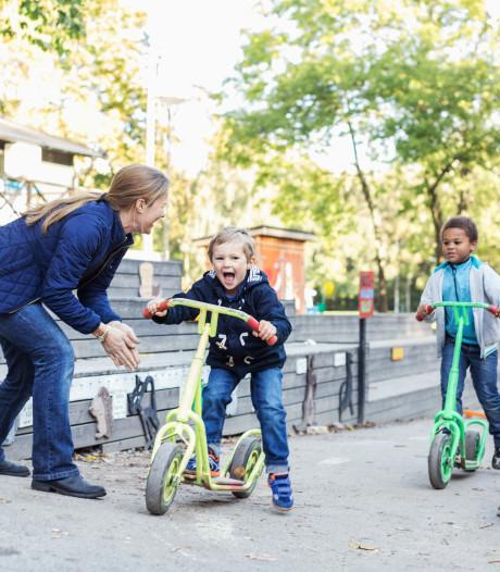 Stadsomroeper René Coupée verslaat steprace voor kinderen in Almelo