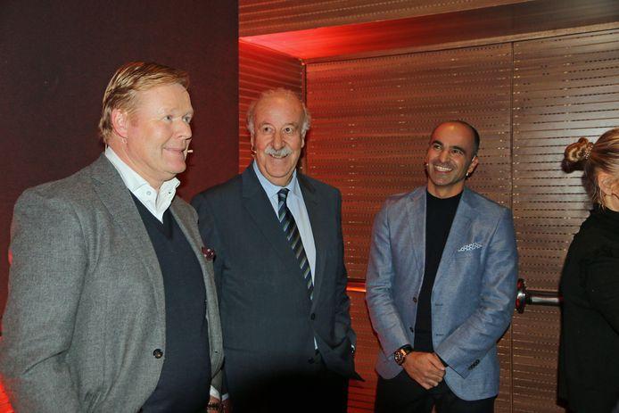 Vlnr: Ronald Koeman, Vincente Del Bosque en Robert Martínez tijdens een eerbetoon aan Johan Cruijff in Barcelona.