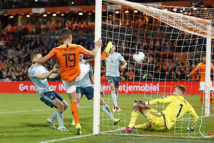 Luuk de Jong (19) frommelt de 2-1 binnen.