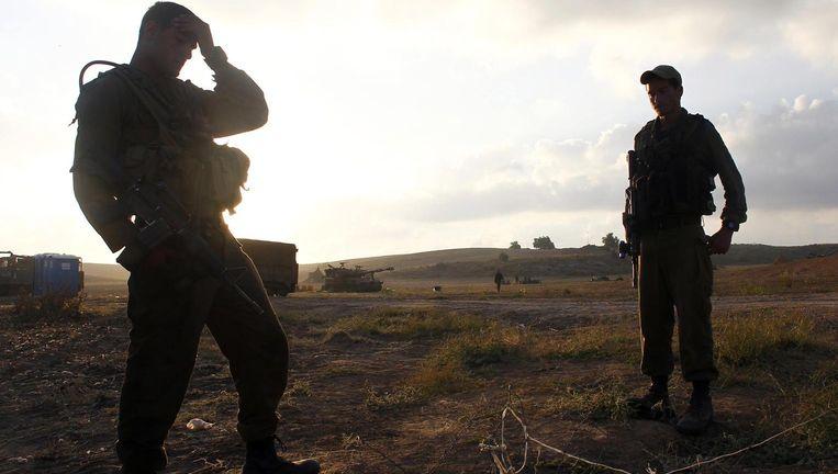 Israëlische soldaten staan in een veld op de grens tussen Israël en de Gazastrook. Beeld reuters
