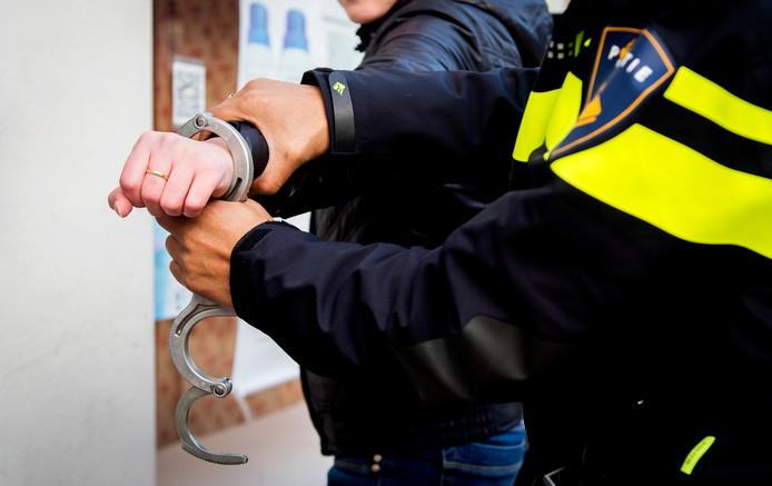 De verdachte is door de politie aangehouden en meegenomen naar het politiebureau voor verhoor.