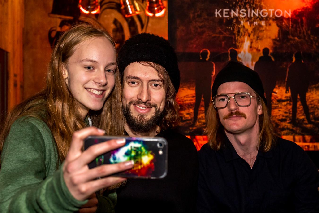 Een fan maakt een selfie bij de albumpresentatie van Kensington in muziekwinkel Plato.