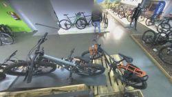 VIDEO. Fietsendief gaat op voorhand verkennen en steelt 's nachts 2 mountainbikes