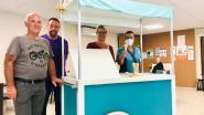 Vrijwilligers rusthuis Eyckenborch maken ijskar voor bewoners
