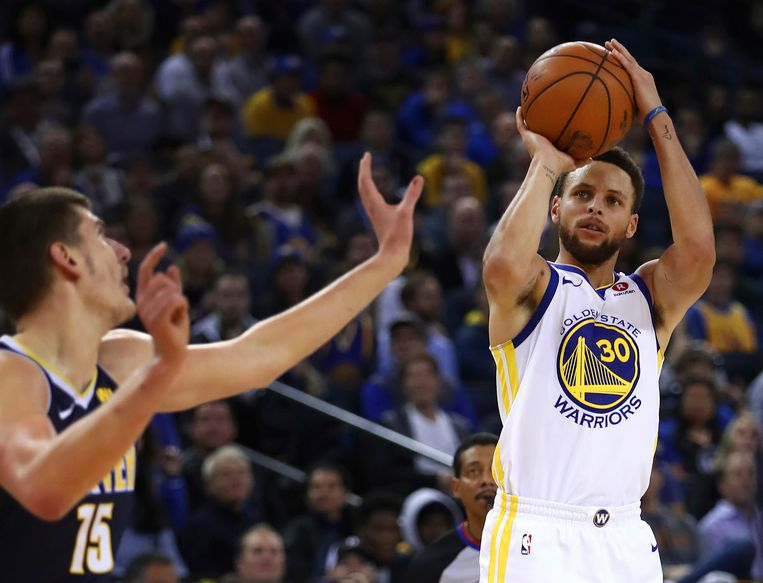 Stephen Curry legt aan.