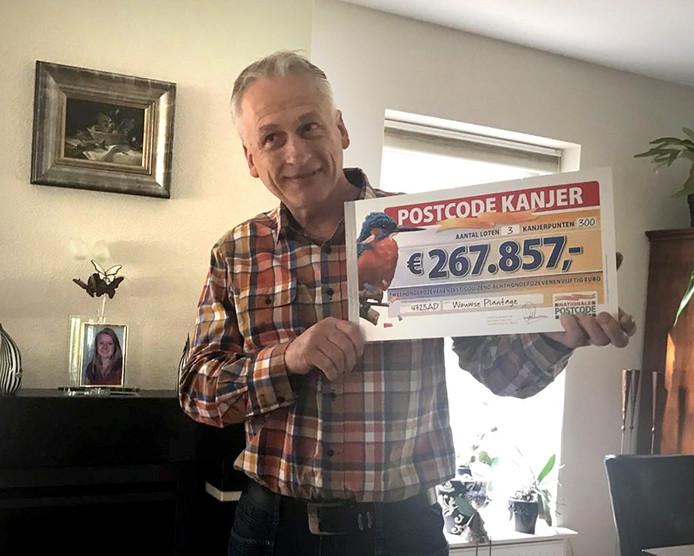 Winnaar Adri mocht ook een cheque in ontvangst nemen van Gaston. Hij ontving 267.000 euro
