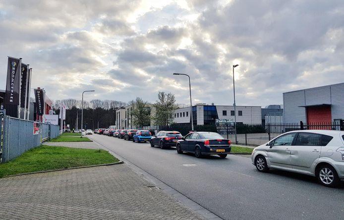 McDonald's is gesloten, maar buiten staat nog een file met auto's in Tilburg Reeshof