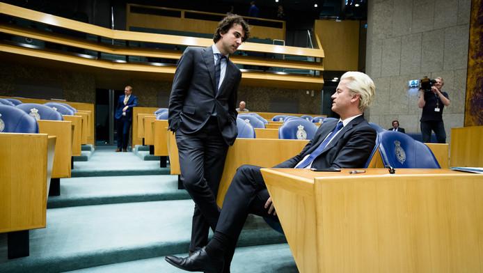 Jesse Klaver (GroenLinks) in gesprek met Geert Wilders (PVV).