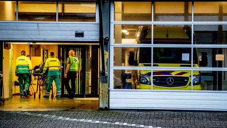 Patiënten verlaten het MC Slotervaart per ambulance. Beeld anp
