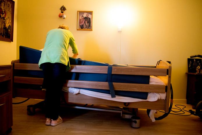 Eenzame ouderen die zelfstandig wonen kunnen via een zorgprofessional aangemeld worden bij Met je hart. Op de landelijke site van de stichting staat meer informatie.