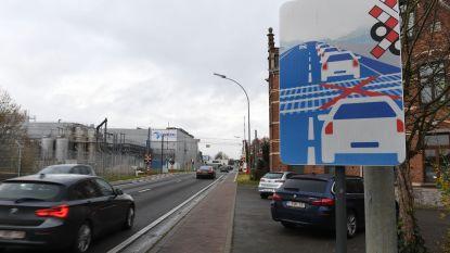 Nieuw verkeersbord aan spoorweg in Rotselaar waarschuwt voor het gevaar van files aan sporen