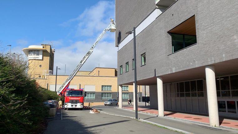 Doordat stukken van het dak van een gebouw bij het station loskomen, werden de perrons zondag tijdelijk ontruimd