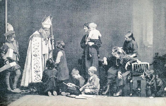 Een foto uit 1927 in tijdschrift De Engelbewaarder waarbij Sinterklaas vergezeld wordt door een witte piet.