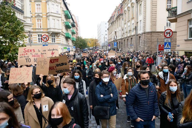 Een stille mars in Polen tegen de aanscherping van de abortuswetgeving in dat land. Ook de Poolse regering heeft de verklaring ondertekend.  Beeld Hollandse Hoogte / EPA