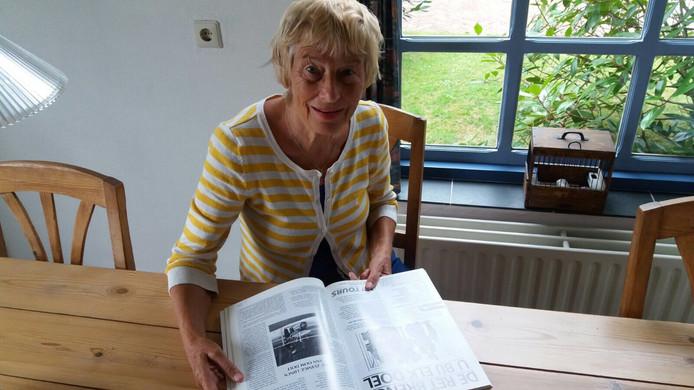 Marlène van Doorm met het jubileumboek waarin Hugo Borst over haar vader schreef.