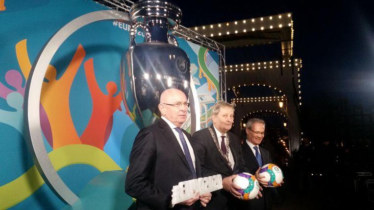 KNVB voorzitter en vicevoorzitter van de UEFA Michael van Praag, burgemeester Van der Laan en Giorgio Marchetti (directeur competitiezaken van de UEFA). Beeld
