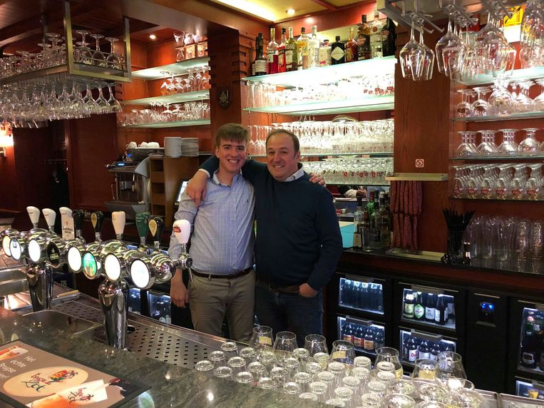 Arthur wordt cafébaas in Poperinge en zijn vader Stefaan in het nieuwe café in Ieper.
