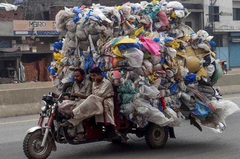 Vanaf vandaag geldt er in Pakistan een streng verbod tegen plastic voor eenmalig gebruik.