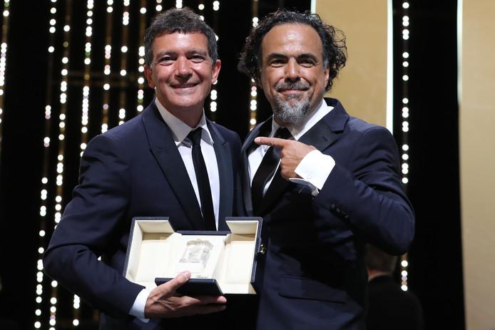 Antonio Banderas (L) met de Mexicaanse regisseur en juryvoorzitter Alejandro Gonzalez Inarritu.
