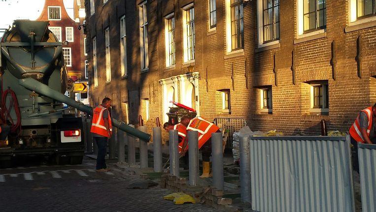 De palen werden de afgelopen dagen bij het Frans consulaat geplaatst. Beeld Monique van Evelingen