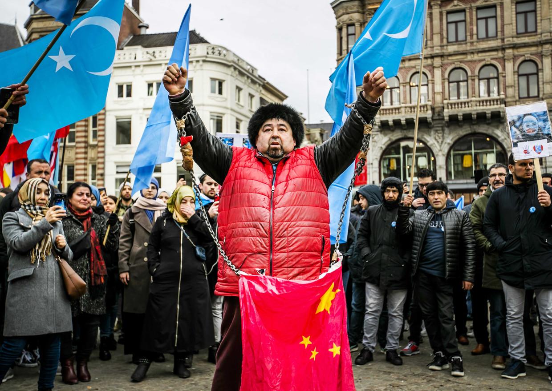 Oeigoeren en sympathisanten demonstreren op de Dam. Zij voeren actie tegen wat zij zien als de onderdrukking van de Oeigoeren in China door de regering van dat land.