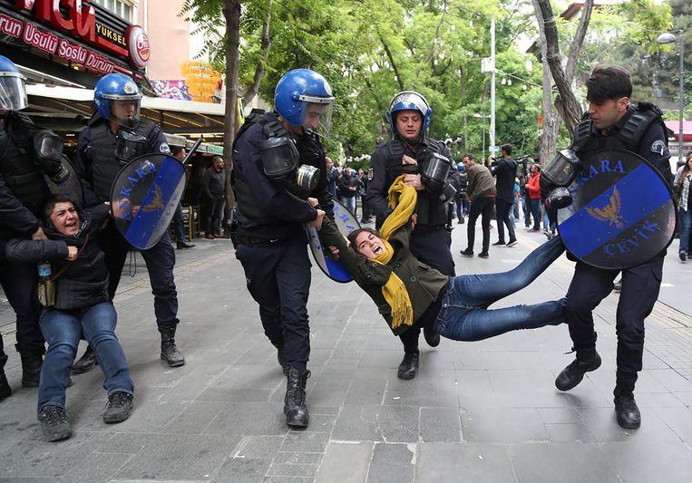 Rellen eind mei in Ankara tijdens het proces tegen twee docenten die in hongerstaking zijn uit proces tegen hun ontslag. Beeld Reuters