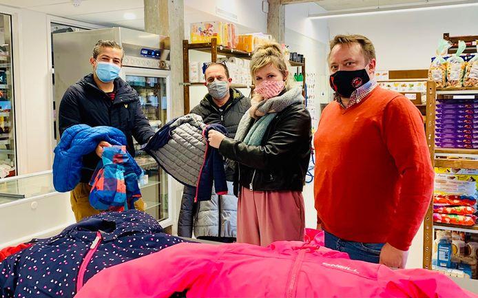 De initiatiefnemers hebben de winterjasjes afgegeven bij de sociale kruidenier De Kaba in Oudenaarde.