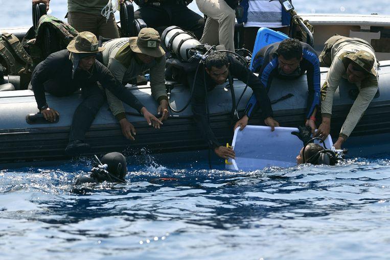 Duikers hebben een van de zwarte dozen gevonden van het neergestorte vliegtuig van de Indonesische vliegmaatschappij Lion Air. Volgens de duiker die het apparaat in de Javazee heeft gevonden, is deze in goede staat. Beeld AFP