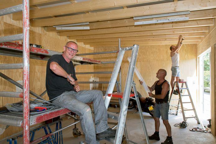Peter Kruithof (links), eigenaar van privéhuis A15 Girls in Wadenoijen, begon in de bouw toen hij zijn zaak noodgedwongen op slot moest doen door de coronacrisis.