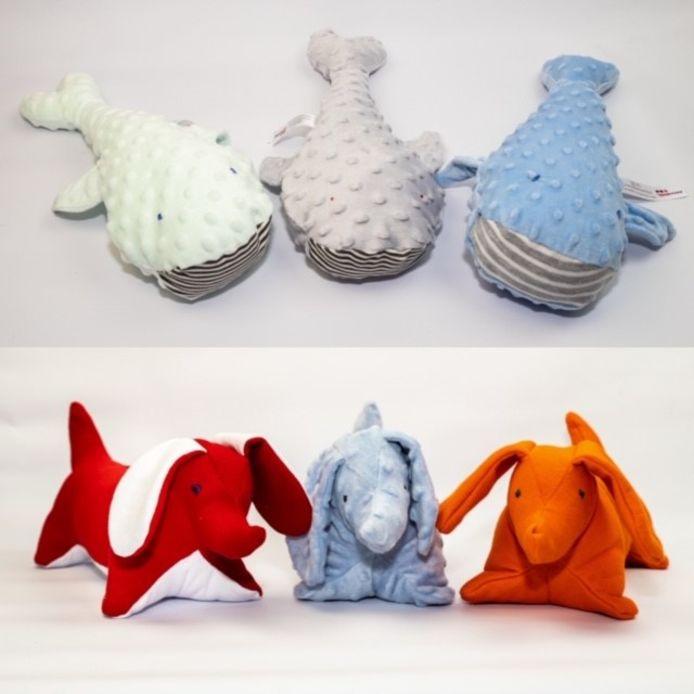 De knuffels van Nora Werkt/De Knuffelfabriek. Ze worden gevuld door cliënten van de Blauwe Kamer.