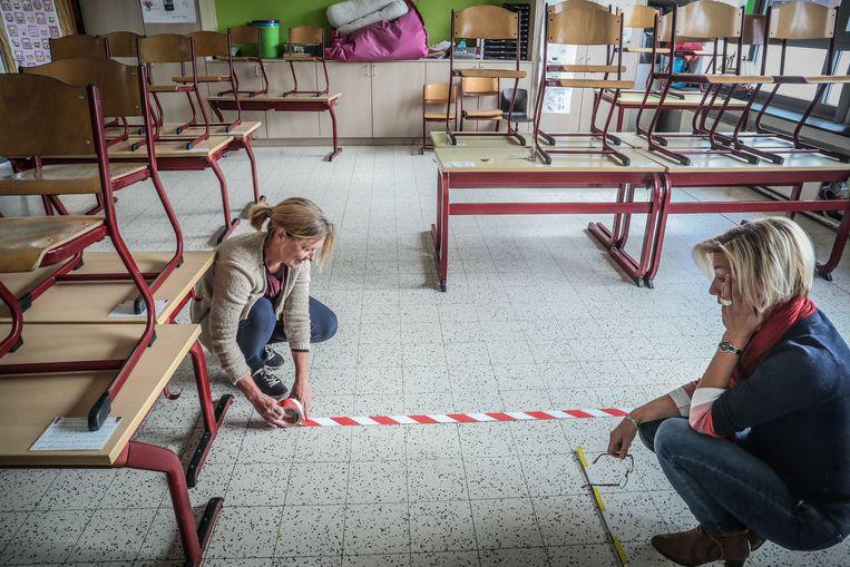 In De Klinker in Rotselaar bereiden directrice Sandra en juf Ingrid zich voor op de heropening.