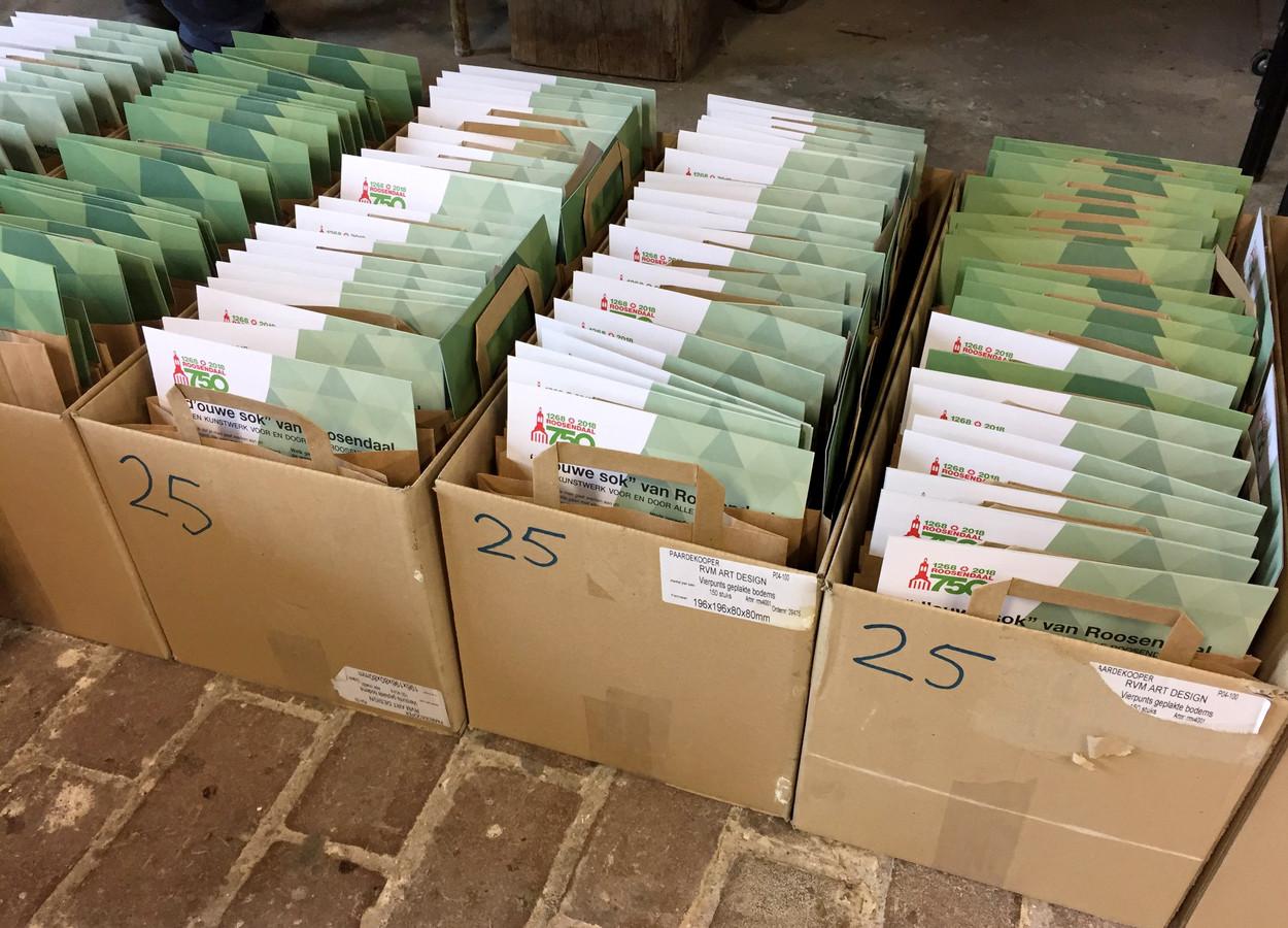 De tassen met wassen driehoeken die bij het VVV voor 750 centen kunnen worden gehaald