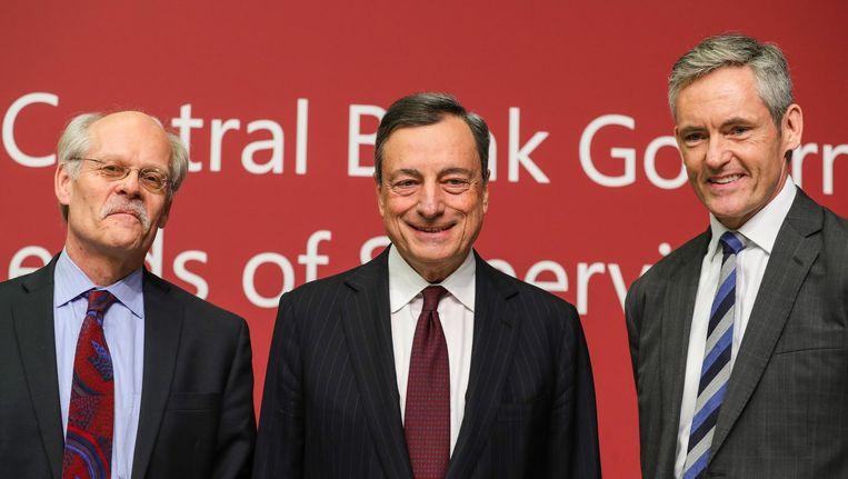 Stefan Ingves (links), Mario Draghi (midden) en William Coen (r). Beeld EPA