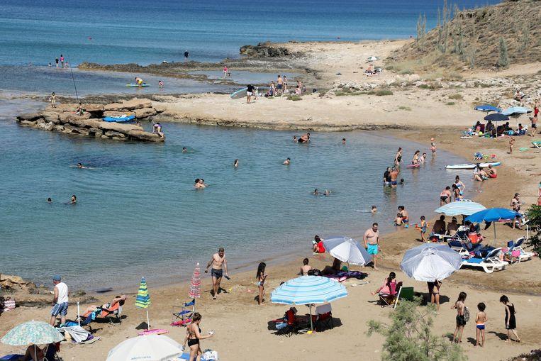 Strand in de baai van Protaras, langs de zuid-oostkust van Cyprus.