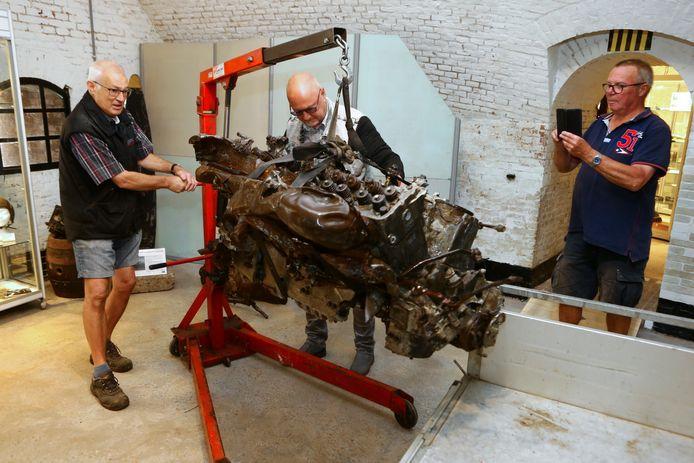 De motor van de Mosquitto HK529 die in '45 neerstortte bij Amsterdam wordt op zijn plek gehesen. Hij is vanaf maandag te zien in het WOII- en Vliegeniersmuseum in Vuren.