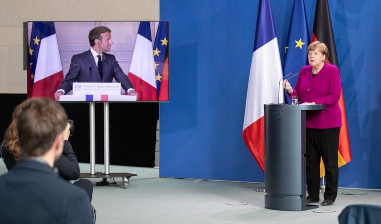 Hij in Parijs, zij in Berlijn. Frans president Macron en Duits bondskanselier Merkel geven - op een kleine 900 kilometer van elkaar - een gezamenlijke persconferentie.