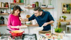 Jef uit 'Familie' is fervente soepdrinker en maakt zuurkoolsoep met paprika klaar
