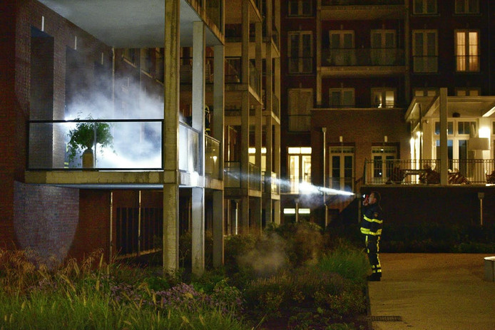 De brand ontstond in een grote bloembak op het balkon van het appartement.