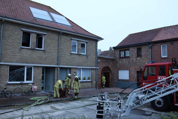 De brandweer moest de woning ventileren en boven blussen