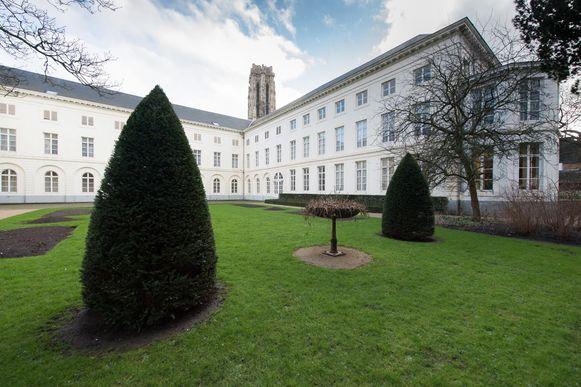 De tuin van het aartsbisschoppelijk paleis in Mechelen, met op de achtergrond de Sint-Romboutstoren.