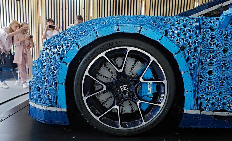 Bezoekers van het Lego Huis in Moskou's beroemde Gorki Park bewonderen een Bugatti Chiron waarvan de carrosserie is opgebouwd uit meer dan een miljoen Legosteentjes. De meeste stukjes zijn gangbaar bouwmateriaal, sommige zijn speciaal voor deze auto gemaakt en gekleurd.  Beeld EPA