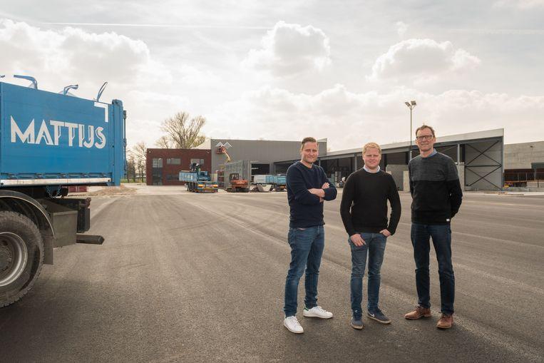 Wouter, Lander en Dirk Mattijs aan de nieuwe locatie in de Knotwilgenweg
